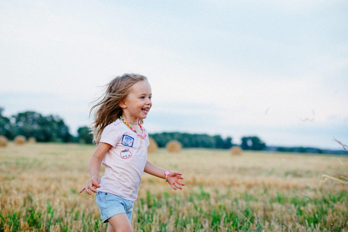 Maternidad Positiva y respetuosa Disciplina Positiva Laia Riben Niña feliz en el campo