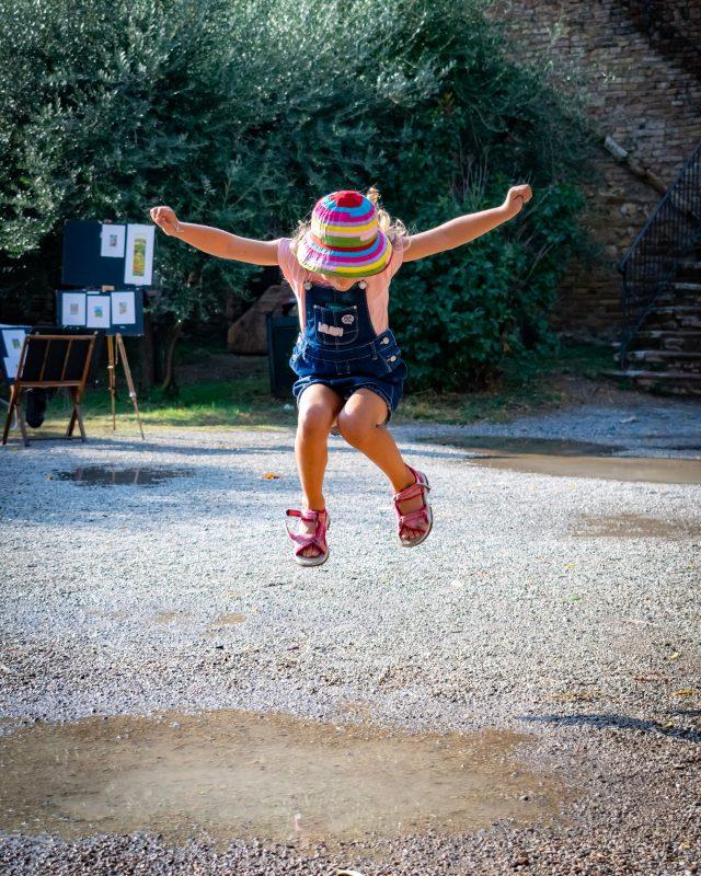 Sobre mí Disciplina Positiva Laia Riben niña saltando en un charco
