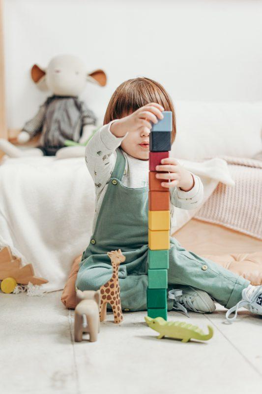 Disciplina Positiva laia Riben niña jugando con bloques