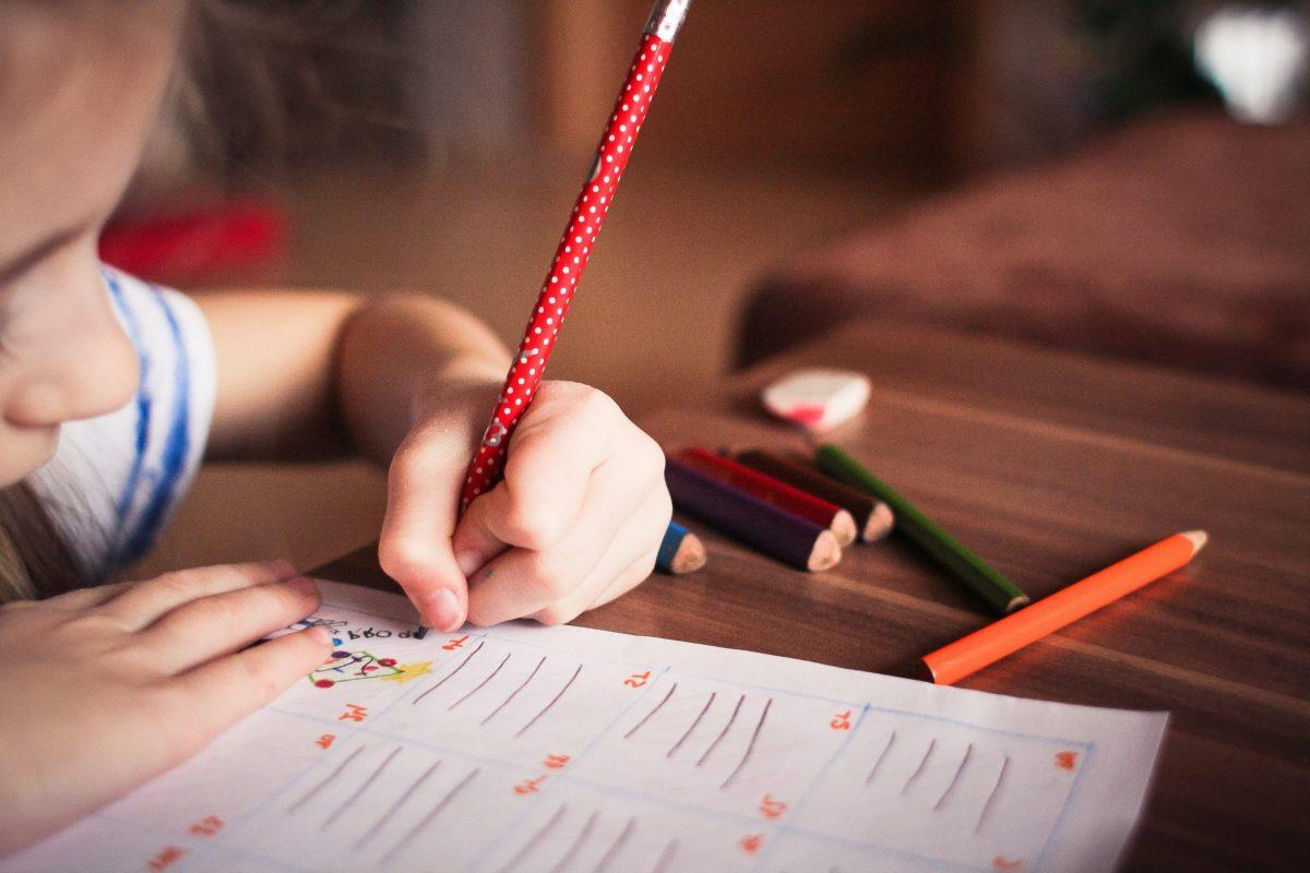 Disciplina Positiva laia Riben niña escribiendo aplicada